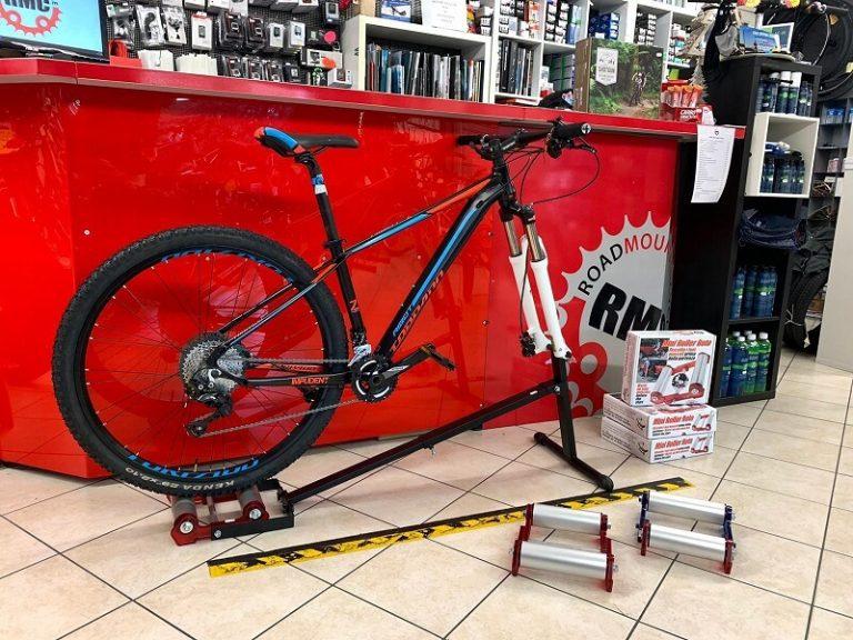 Mini Rullo e staffa per qualsiasi bici - Adattabile a qualsiasi bici ( MTB - Corsa - BMX ) - Pratico e leggero