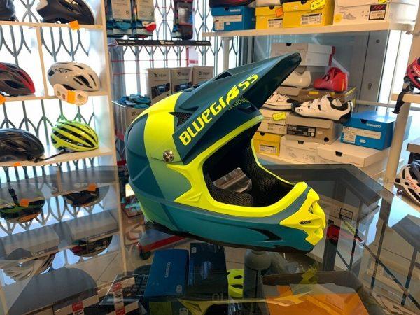 Casco Bluegrass Intox blu e giallo. Casco BMX, MTB e DH Downhill Verona. Accessori e protezioni bici