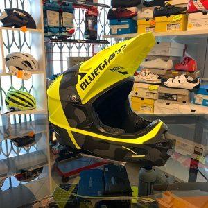 Casco Bluegrass Intox giallo. Casco bici BMX, MTB e DH Downhill Verona. Accessori e protezioni bici