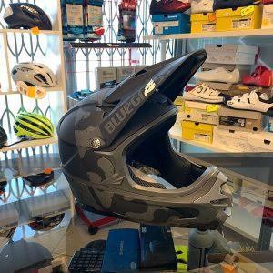Casco Bluegrass Intox nero. Casco bici BMX, MTB e DH Downhill Verona. Accessori e protezioni bici