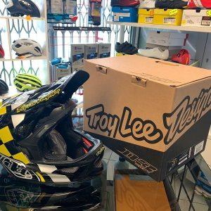 Casco Troy Lee Designs D3 giallo e nero. Casco BMX MTB DH Downhill Verona. Accessori protezioni bici