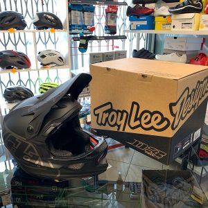 Casco Troy Lee Designs D3 nero. Casco BMX e MTB DH Downhill Verona. Accessori e protezioni bici